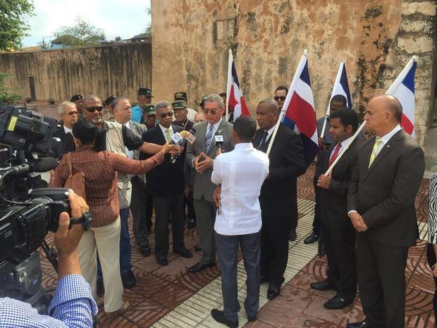 El presidente del Instituto Duartiano, Wilson Gómez, conversa con medios.