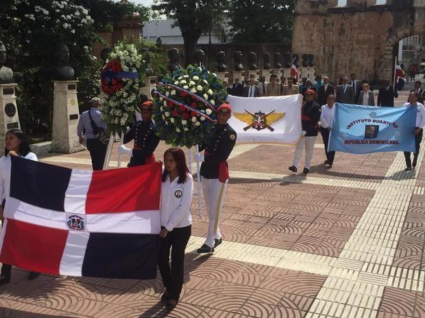 Un aspecto de la ofrenda floral por el 143 aniversario de la muerte de Duarte.