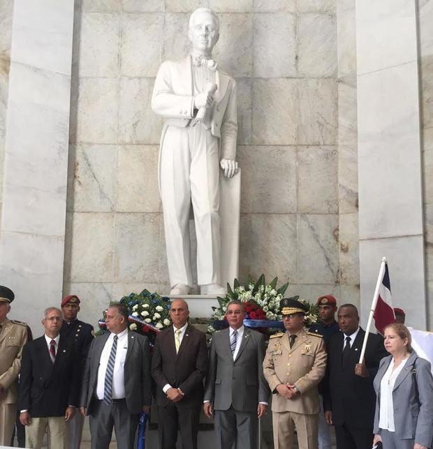 Directivos del Instituto Duartiano, funcionarios civiles y militares.
