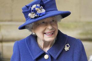 Isabel II, de 95 años, usa un bastón por primera vez en un acto público.