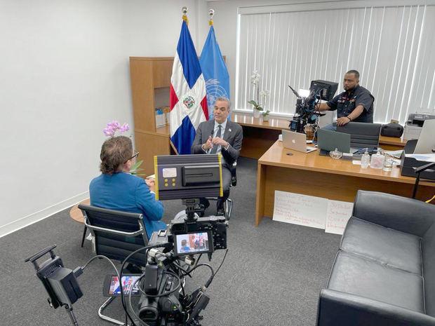 Iván Ruiz durante la entrevista al presidente Luis Abinader.