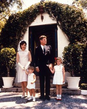 La familia Kennedy posando para una fotografía familiar.