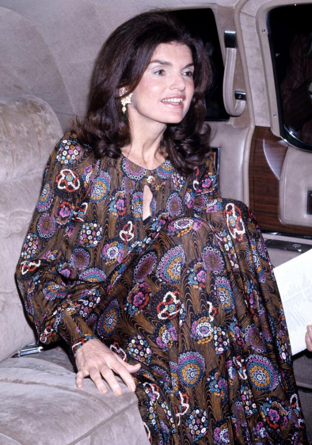 Jacky vistiendo con un estilo bohemio pero elegante luego de haberse casado con el magnate Aristóteles Onassis.
