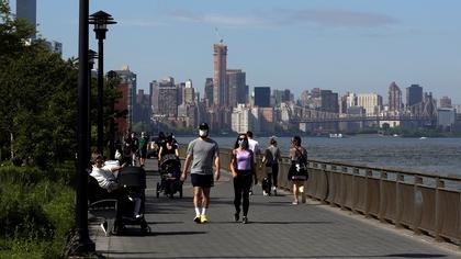 Gente caminando por el East River de Nueva York.