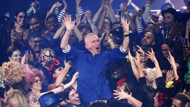 Jean-Paul Gaultier, aclamado por todos, mientras saludaba al final de su último desfile.