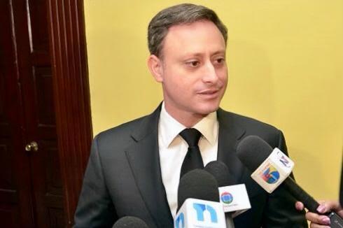El procurador Jean Rodríguez habla con periodistas.