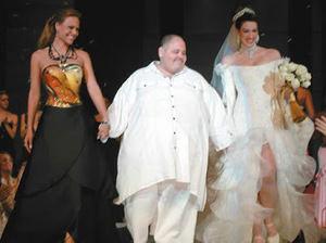 Jorge Diep en una de las pasarelas en las que estuvo presente junto a Giorgina Duluc y una de sus modelos.