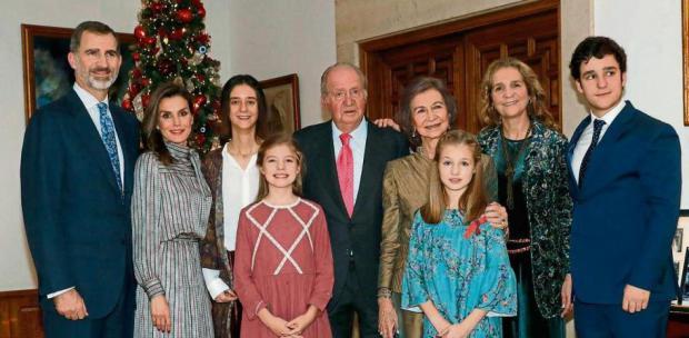 Juan Carlos, el día de su 80.º cumpleaños, con los Reyes, la reina Sofía, la infanta Elena, Leonor y Sofía de Borbón, y Felipe y Victoria Marichalar..