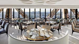 Vista desde uno de los salones principales del restaurante Le Jules Verne.