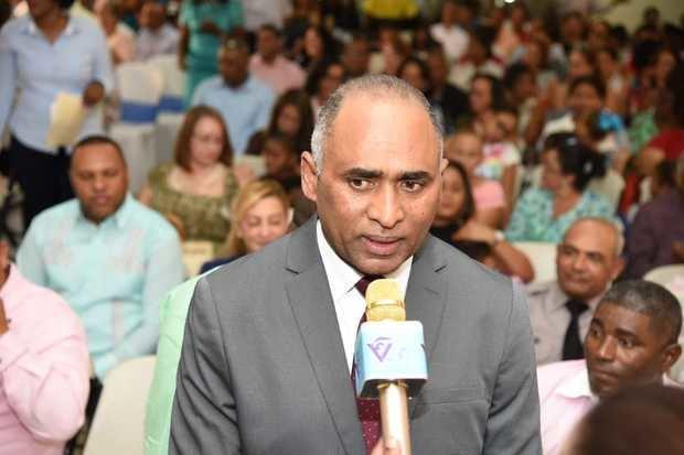Fulcar honra trayectoria de 59 educadores de Baní