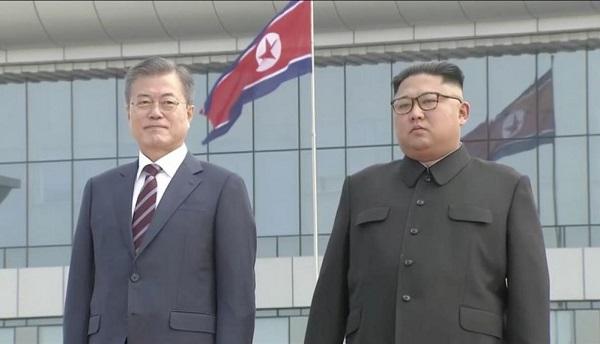Kim Jong-un recibe a pie de pista a Moon Jae-in para la cumbre de Pionyang