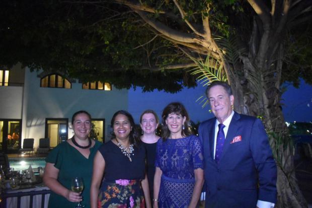 La Embajadora de Estados Unidos Robin Bernstein junto a su esposo, Richard y personal de la embajada.