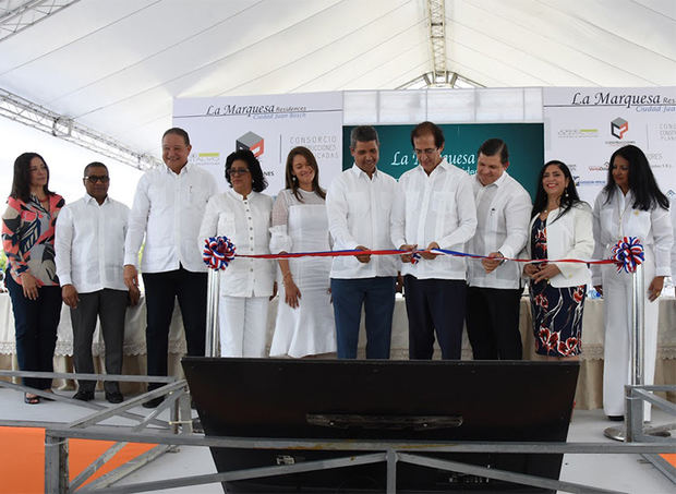 Corte de cinta en la inauguración proyecto La Marquesa Residentes.