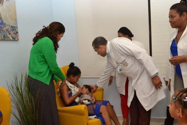 El doctor Orlando Vargas, acomoda el brazo de de una joven madre lactando a su bebe y la tercera gráfica varias jóvenes madres pacientes del hospital amamantan a sus niños.