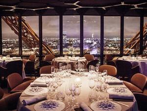 Vista nocturna desde uno de los salones principales de Le Jules Verne