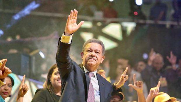 Fernández dice reformará la Seguridad Social y Castillo reúne a cientos
