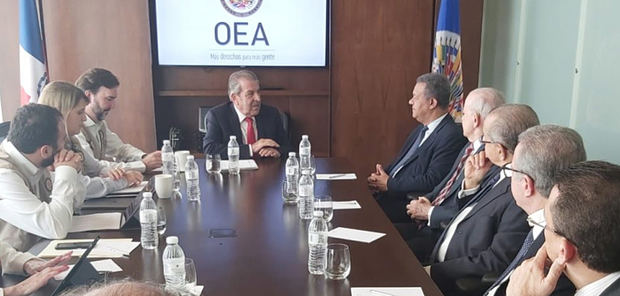 Reunión con la misión observadores de la Organización de Estados Americanos, OEA, junto al candidato por la Fuerza del Pueblo, Leonel Fernández.
