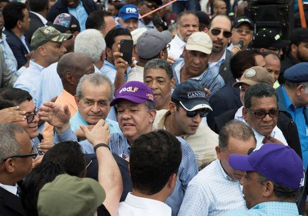 Fernández clama que la mayoría de los dominicanos se opone a la reelección