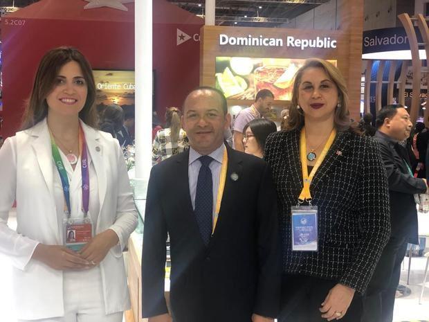 Lesbia Brea Abreu, directora del centro de exportacion del CEIRD Briunn y Garabito, embajador Dominicano en China y La consul general en Shanghi Rosa Julia Rodriguez.