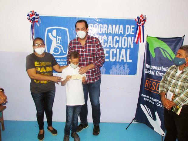 Ejecutivos de CAEI apoyan educación especial de tres niños en filial Asociación de Rehabilitación