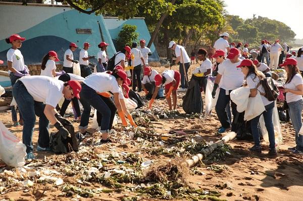 Empleados de Bancamérica recolectan desechos en playas de Santo Domingo y Barahona