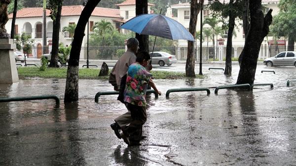 Vaguada y onda tropical provocarán lluvias hoy y mañana