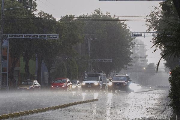 Onda Tropical genera fuertes aguaceros en gran parte del país, se mantienen las alertas