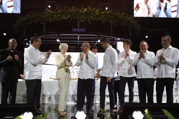 Presidente Danilo Medina encabezó la inauguración oficial del hotel, junto al ministro de Turismo, Francisco Javier García, y miembros destacados del Lopesan Hotel Group.