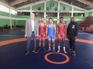 Antonio Acosta junto a los tres luchadores y el entrenador que va al Campeonato Panamericano Juvenil que tendrá lugar en la ciudad de Morelia, México.