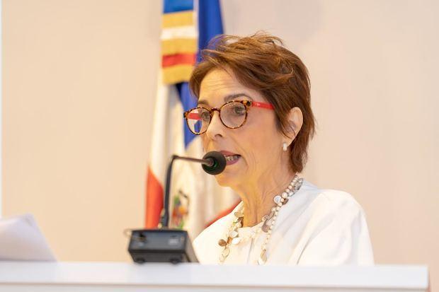 El texto es de la autoría de Lucía Amelia Cabral.