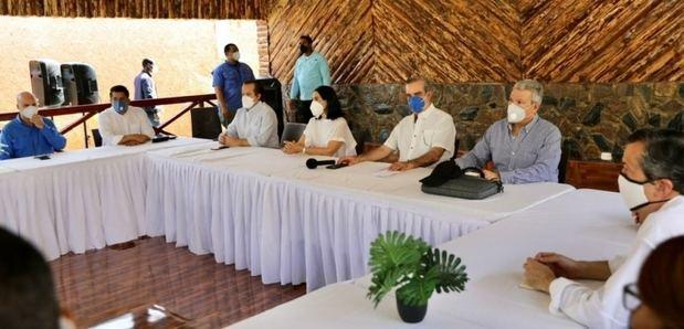 El presidente Luis Abinader se reunió este domingo con empresarios del sector hotelero en Pedernales.
