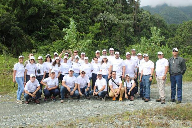 Colaboradores de EGE Haina participantes en la jornada de reforestación.