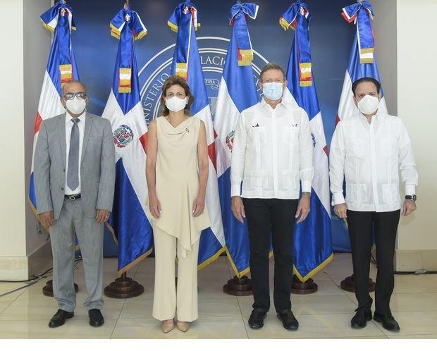 Canciller entrega donaciones de China, India, Qatar y Turquía a gabinete de salud