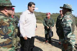 Nicolás Maduro junto a militares venezolanos.
