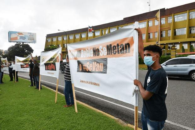 Una decena de personas acuden a manifestación contra nuevos impuestos