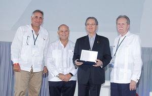 Manuel A. Grullón y Eduardo Grulloón reciben el reconocimiento a su padre de parte de los líderes de Felaban, José Manuel López Valdés y Giorgio Trettenero