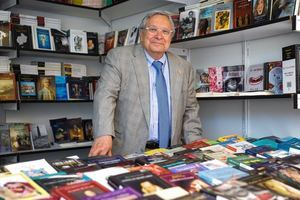 El director de la Feria del Libro de Madrid, Manuel Gil, en una de las casetas situadas en el Retiro.