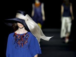 Una modelo luce una creación de la temporada Primavera-Verano 2020 del diseñador Ulises Mérida, en la Mercedes-Benz Fashion Week Madrid (MBFWM) en el recinto ferial IFEMA.