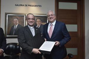Miguel Lama, presidente del consejo directivo de la Corporación Zona Franca Santiago (CZFS) y el rector de PUCMM; presbítero doctor Alfredo de la Cruz Baldera tras la firma del acuerdo.