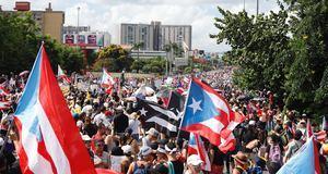 Cientos de personas participan este lunes en una marcha masiva en San Juan (Puerto Rico). Miles de puertorriqueños iniciaron este lunes la segunda marcha masiva para pedir la dimisión del gobernador de Puerto Rico, Ricardo Rosselló, y el comienzo de un juicio político en su contra, tras el escándalo desatado por su participación en un chat privado.