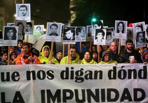 Miles de uruguayos marchan bajo la lluvia por los desaparecidos en la dictadura