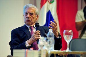 El escritor peruano Mario Vargas Llosa durante la charla literaria que mantiene con la poeta dominicana Soledad Álvarez.