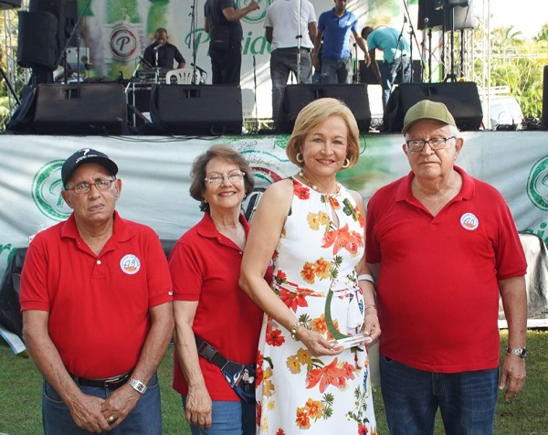 Matilde Cruz de Farach es reconocida en XV Convite Banilejo