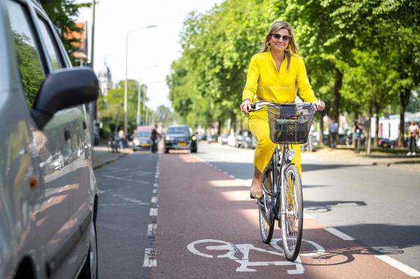 Máxima de Holanda pasea por las calles de La Haya en bicicleta.