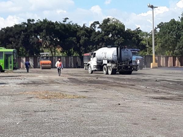 Omsa inicia asfaltado de sus módulos con apoyo del Mopc