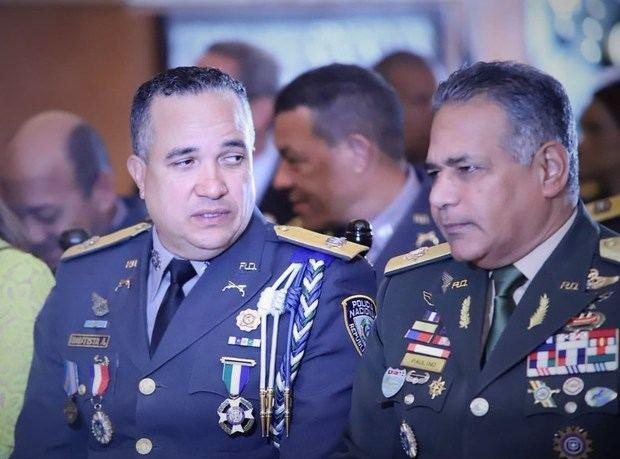 Medina decreta honroso retiro de ministro de Defensa y de director de Policía