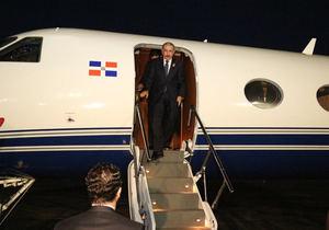 Danilo Medina desciende por la escalinata a su regreso al país tras asistir a la XLIX Cumbre de Jefes de Estado y Gobierno del SICA.