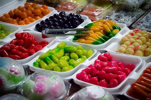 Los padres elaborar menús balanceados y variados que combinen textura, colores y grupos de alimentos de fácil digestión y apetitosos para los infantes.