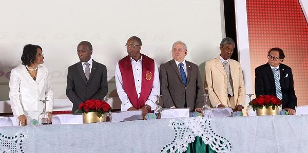 Mesa de Honor, en centro, Rector UNEV, Epifanio González