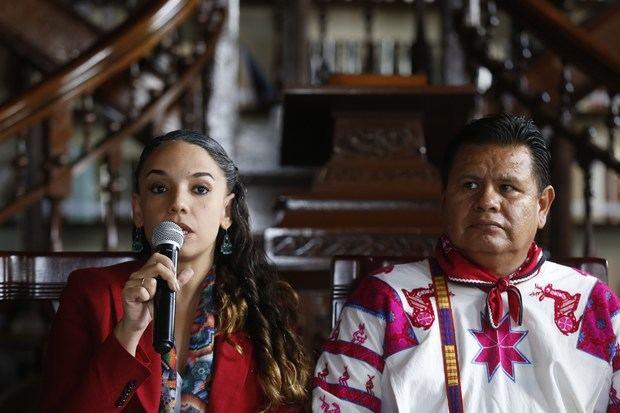 La secretaria de Cultura del estado de Jalisco, Giovana Jaspersen (i), y el presidente de la Comisión Interinstitucional del Premio de Lenguas Indígenas de América (PLIA), Gabriel Pacheco, participan en una rueda de prensa este martes en la ciudad de Guadalajara, estado de Jalisco, México.